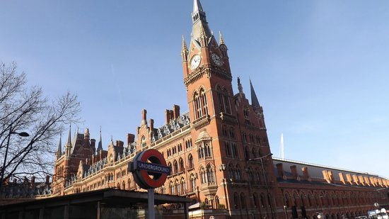 Fairway Hotel : Underground train & St Pancras