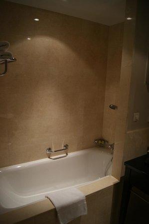 โรงแรมอินเตอร์คอนติเนนตัลวอร์ซอว์: Salle de bain de la chambre 2707