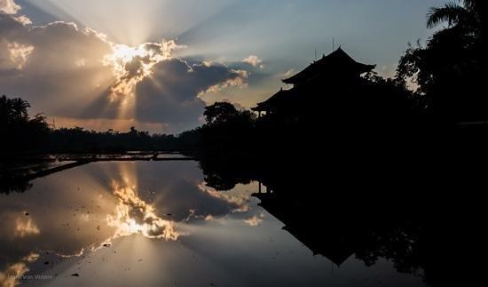 Mandala Desa:                   Wegtrekkende bewolking boven Mandala Desa (Frans van Velzen)                 