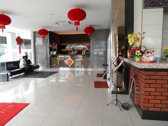 LEO Express Hotel:                   hotel lobby