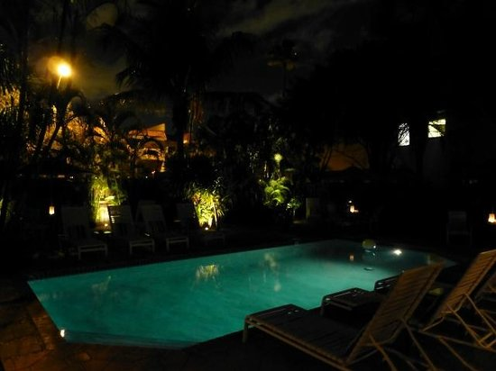 15 FTL Guesthouse: Garden and pool at night