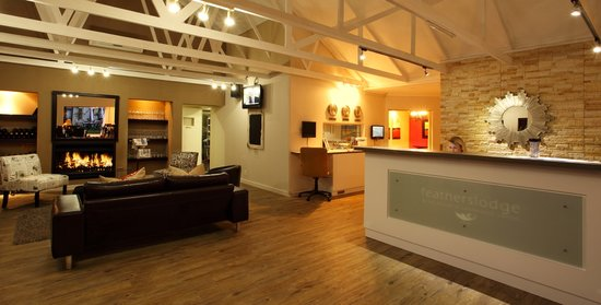 Feathers Lodge Boutique Hotel: Modern reception