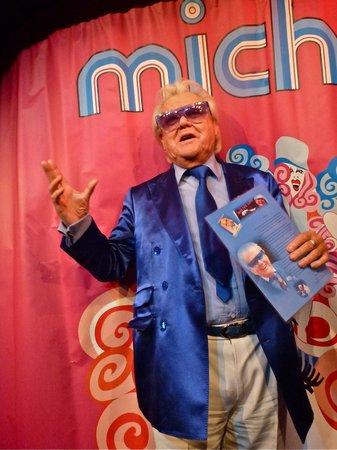 Chez Michou :                                     Michou et mon poème à la main !