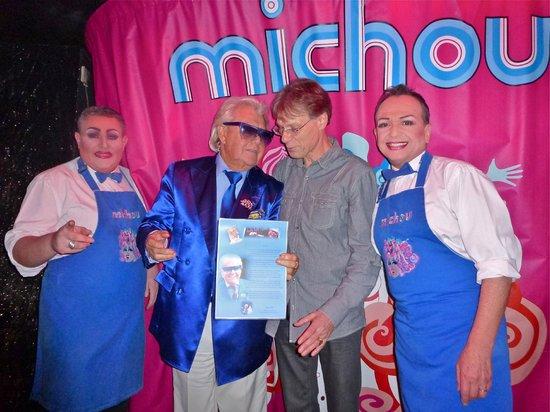 Chez Michou :                                     Michou m'a fait monter sur scène... la consécration ! Youpi