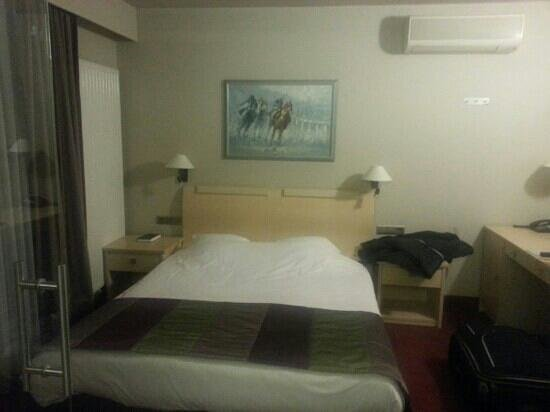 Intermotel: Double bed and plenty of desk space