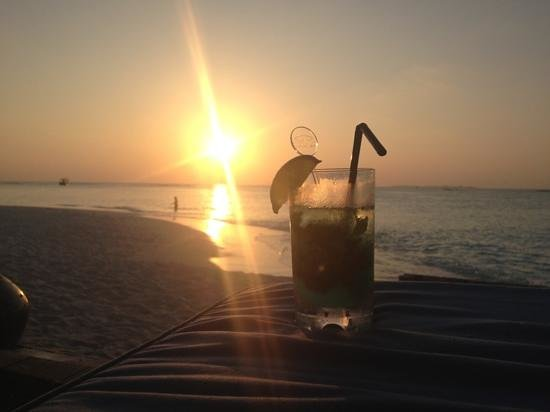 The Sun Siyam Iru Fushi Maldives:                   Cocktail-HappyHour bei Sonnenuntergang am Reflections Pool