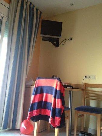 Hotel Canton:                   angolo scrivania e frigo