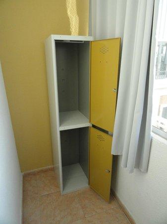 Madrid Motion Hostel:                   Loockers inside the room