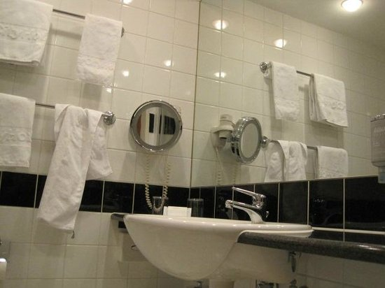 IntercityHotel Vienna: Bathroom