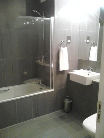 Tulfarris Hotel and Golf Resort:                   suite bathroom