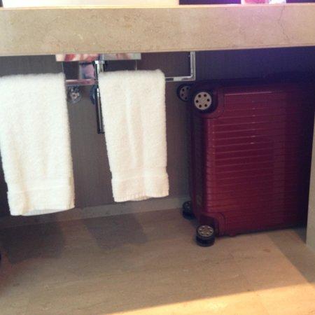 オークラ プレステージバンコク,                   洗面台の下にスーツケースを入れました。