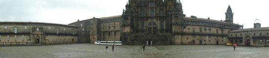 Parador Hostal Dos Reis Catolicos: Panoramica na frente do hotel