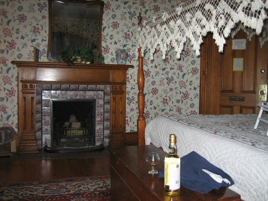 Brae Loch Inn :                                     Very comfy bedroom