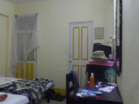 Treebo Mayfair:                   c'est notre moustiquaire sur la porte du balcon
