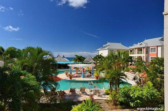 Bay Gardens Beach Resort : View from the room balcony