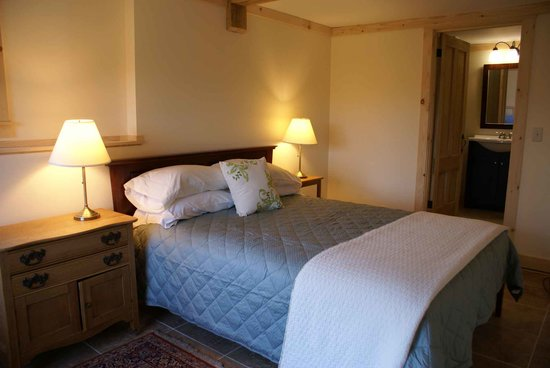 Perry Family Farm: Queen bed and private bath