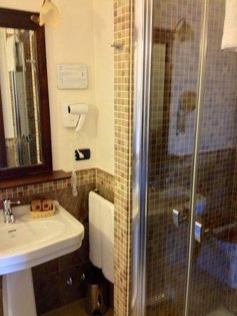 Casale San Nicola Banqueting & Resort:                   l'angolo lavabo e doccia, camera Sagina 110