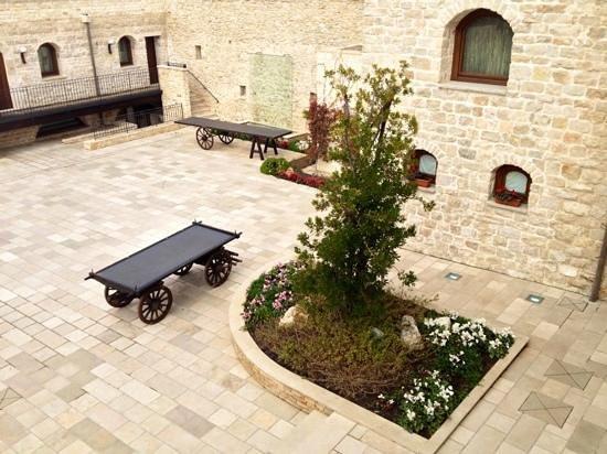 Casale San Nicola Banqueting & Resort:                   la corte del casale vista dalla camera Sagina 110