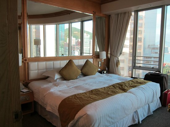 Regal Hongkong Hotel: Larger than Queen-size bed