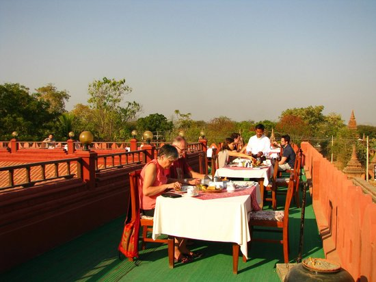 Thurizza Hotel Bagan: Roof terrace during breakfast