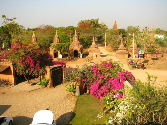 Thurizza Hotel Bagan: View from the roof terrace