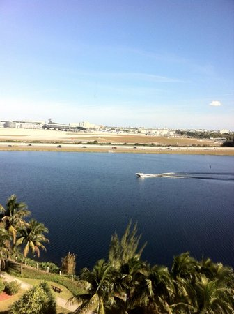 Hilton Miami Airport Blue Lagoon:                   Vista para o lago