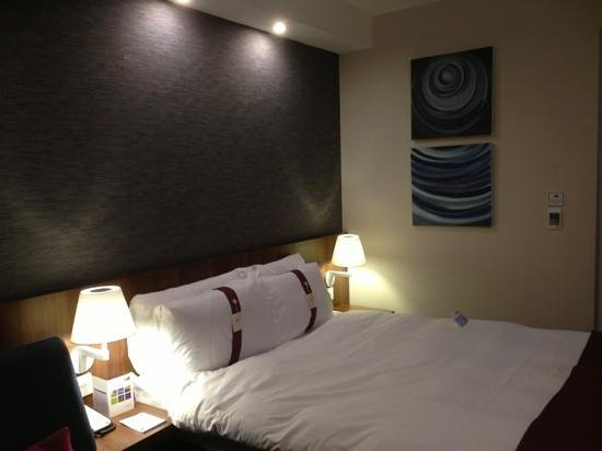 Holiday Inn Express Lincoln City Centre: clean tidy room