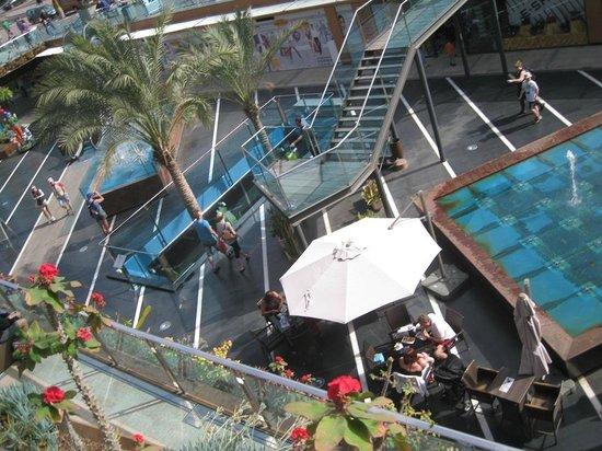 Cafe  Lumi Terraza:                                     view down to shopping centre