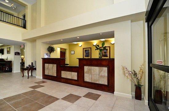 BEST WESTERN Yadkin Valley Inn & Suites: Front Desk