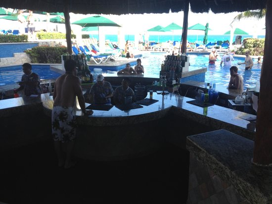 Royal Solaris Cancun:                   Pool bar