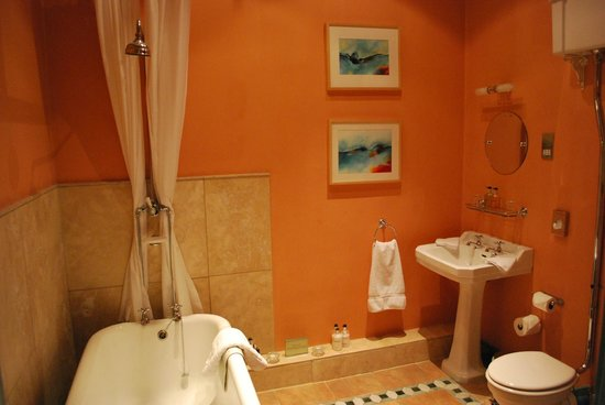 Boath House Hotel: Lake view bathroom