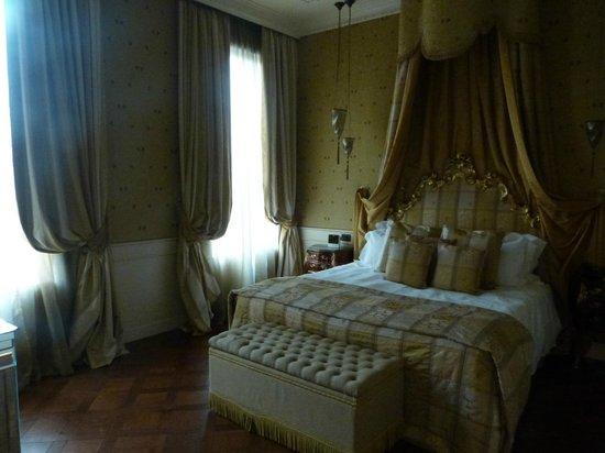 Baglioni Hotel Luna:                   bedroom area                 