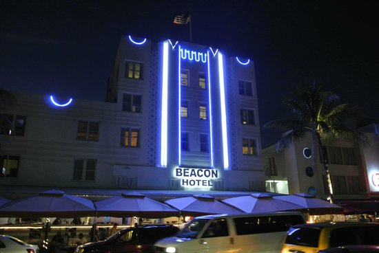 Beacon South Beach Hotel: The hotel at nightime