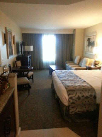 Hilton Grand Vacations Suites - Las Vegas (Convention Center): bedroom and seating area