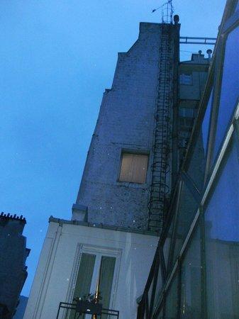 Centre Ville Etoile :                   部屋の窓からの眺め(夜明けまえ)