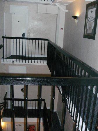 Centre Ville Etoile :                   吹き抜け部分の横を通っていく部屋もある(奥に見える扉)