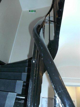 Centre Ville Etoile :                   階段。エレベーター(半手動)もありますが狭い。