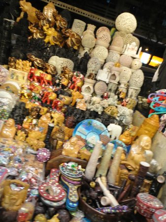 Colaba Causeway: handicrafts and showpiece