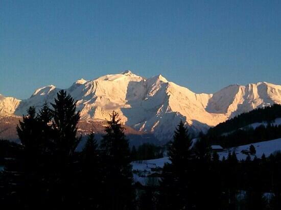 Le Chamois d'Or:                   La vue sur le Mont Blanc depuis le balcon de la chambre 116.