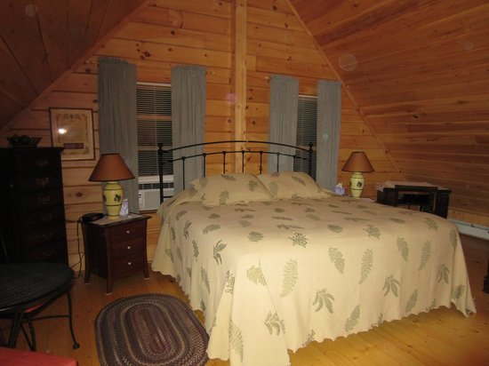 Stanford B&B: Pine cone room with king size bed & private bath