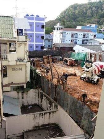 The Artist House:                   Blick vom Balkon auf Baustelle