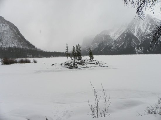 Banff Rocky Mountain Resort: A winter walk on the shore of Lake Minnewanka