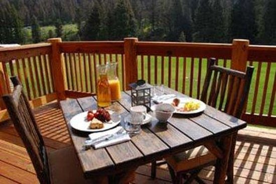 ‪‪Rainbow Ranch Lodge‬: Breakfast on the Deck‬