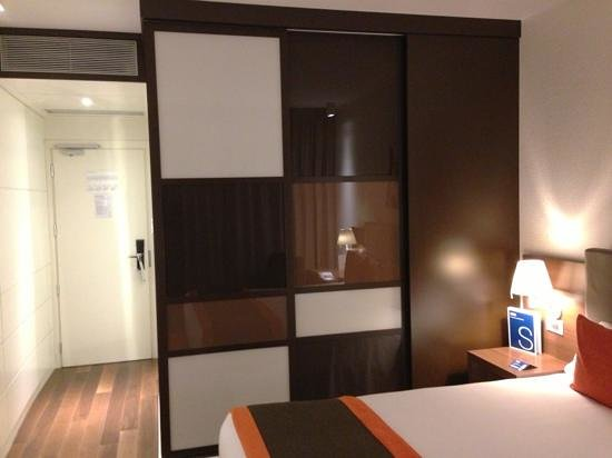 H10 Roma Citta: Wardrobe nicely hidden behind sliding panels