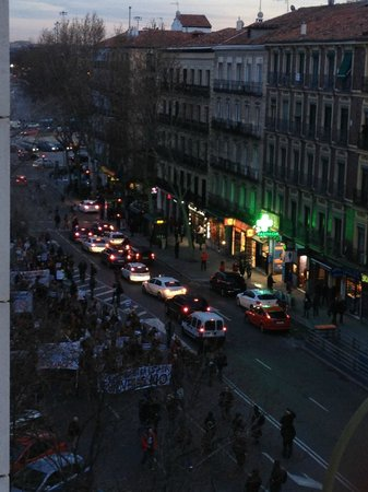 Hotel Paseo del Arte: view from the room during a peaceful protest