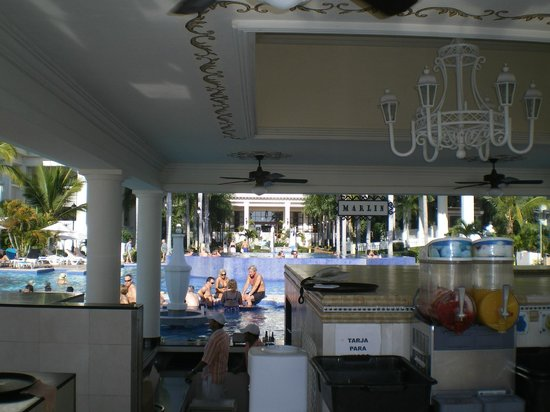 Hotel Riu Palace Pacifico:                   Pool bar form the dry side