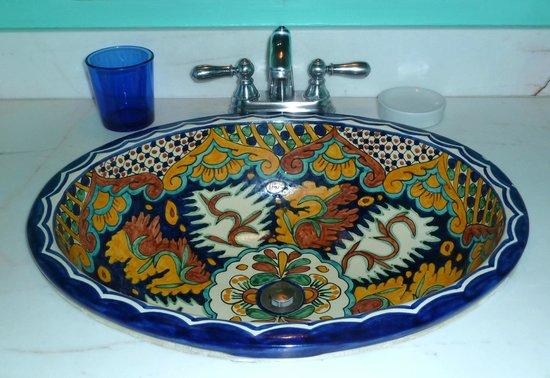 Hotel Medio Mundo: Ceramic sinks
