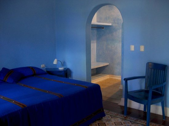 Hotel Medio Mundo: guest room with king bed with ceiling fan