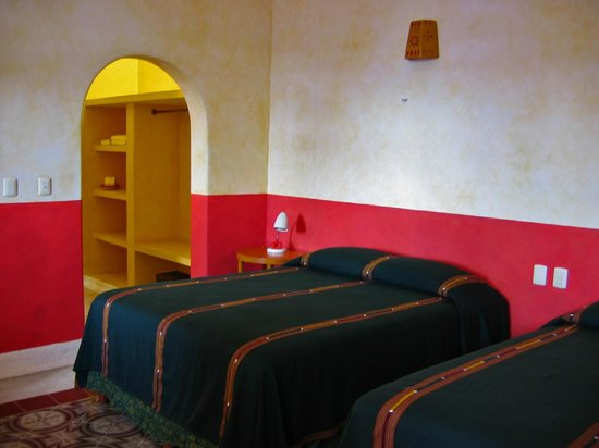 Hotel Medio Mundo: guest room with 2 queen beds and air conditioning