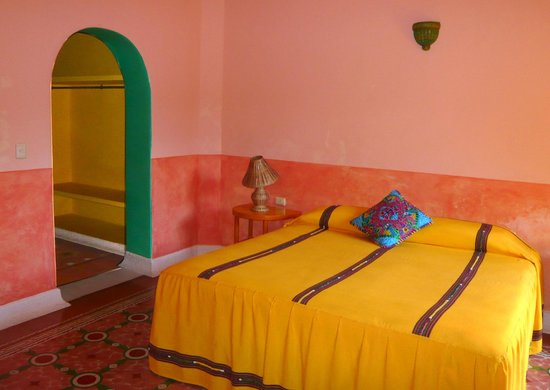 Hotel Medio Mundo: guest room with 2 queen beds and ceiling fan